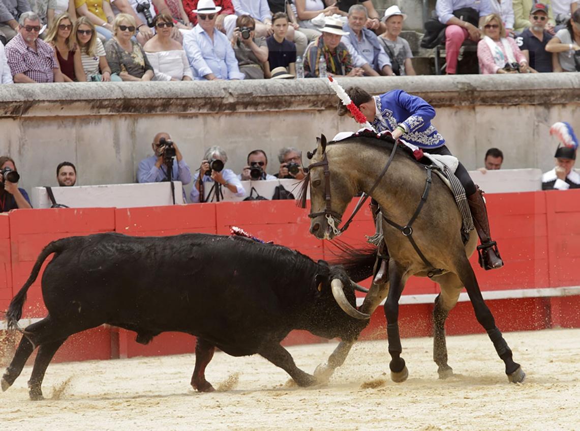 Guillermo Hermoso de Mendoza triunfa em Nimes e sai pela Porta Grande (c/fotos)